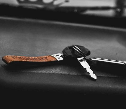 Co warto wiedzieć zanim podpiszesz umowę z wypożyczalnią samochodów Koszty, formalności, ubezpieczenia