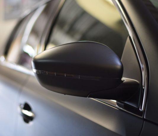 Folia do oklejania samochodu - jakie korzyści ze sobą niesie